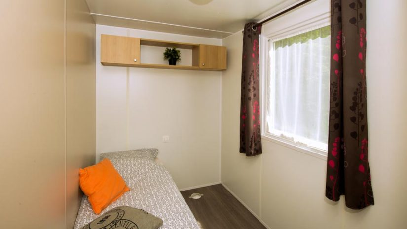 Chambre lit simple du mobil-home Saint-Maxime